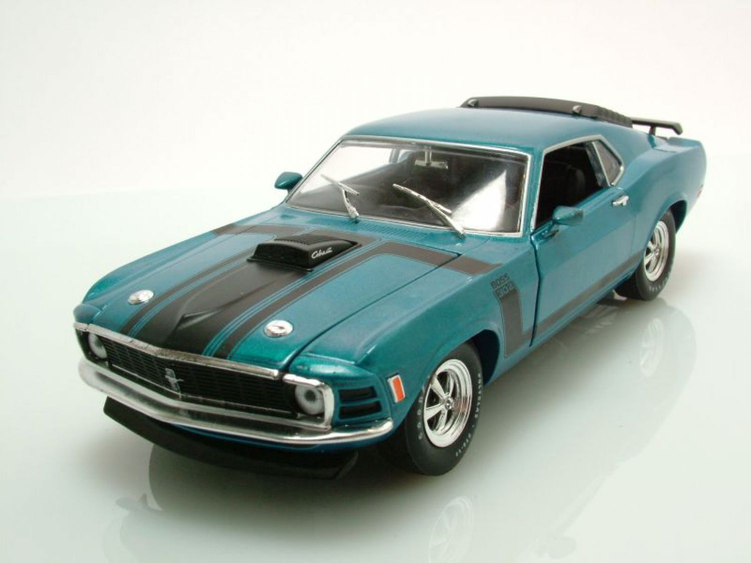 ford mustang boss 302 1970 blau metallic modellauto 1 24. Black Bedroom Furniture Sets. Home Design Ideas